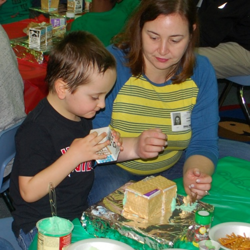 FBI students make gingerbread houses with family, 12.17.2018