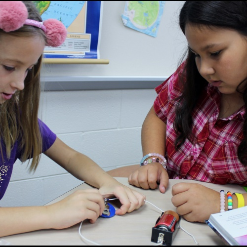 Fourth graders learn about circuits, 09.19.2019