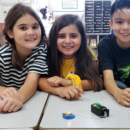 Fourth graders learn about circuits, 09.2019