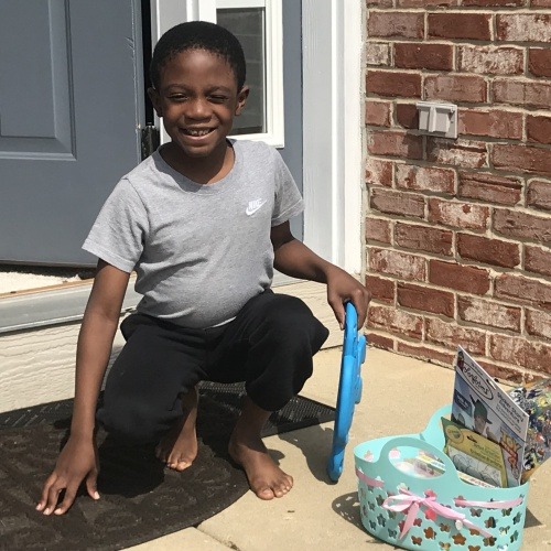FBI teacher Suzanne Schreier & teaching assistants deliver goody baskets to students' homes